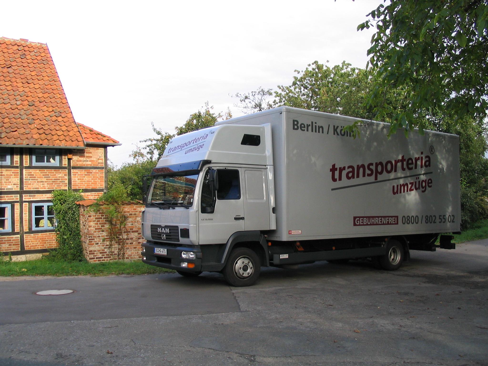 Transporteria Umzugswagen Lastwagen LKW vor Fachwerkhaus