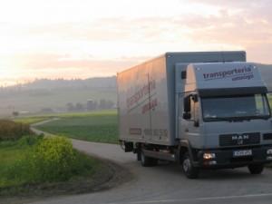 Transporteria Umzüge LKw im Sonnenuntergang Feierabend